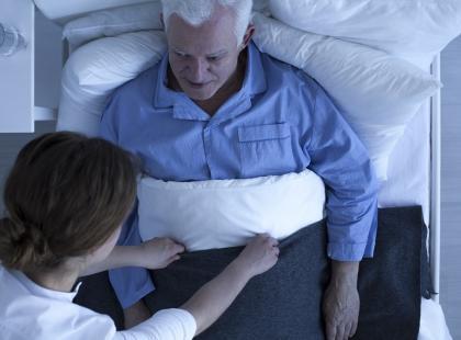 Opiekujesz się osobą po udarze? Powstały filmy instruktażowe, które ci to ułatwią!