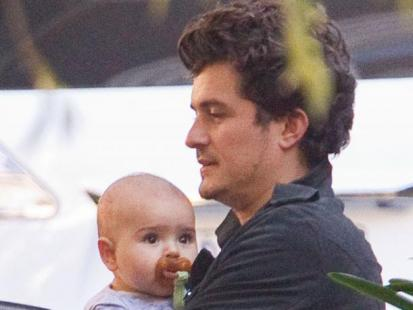 Orlando Bloom z synkiem na ulicy w Sydney