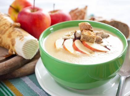 Orzeźwiający chłodnik jabłkowy przygotujesz w niecałe 20 minut! W te upały z pewnoscią nie chcesz siedzieć w kuchni!