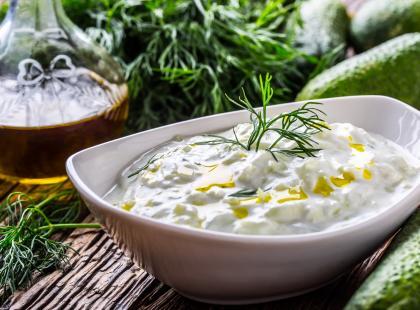 Orzeźwiający i kremowy - zobacz przepisy na sos tzatziki