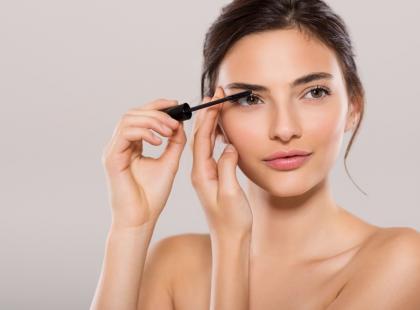 Oślepnąć przez makijaż? Z kosmetologiem rozmawiamy o tym, czym grozi nieodpowiednie używanie kosmetyków
