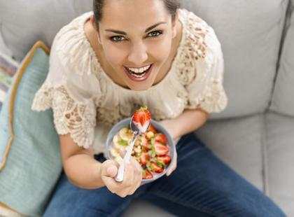 kobieta jedząca śniadanie
