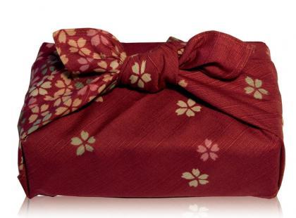 Pakowanie prezentów przy użyciu chusty furoshiki