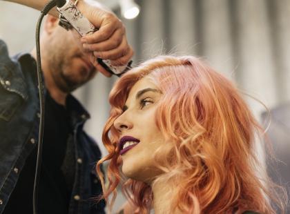 Palm painting, czyli nowa metoda farbowania włosów. Robi wrażenie!