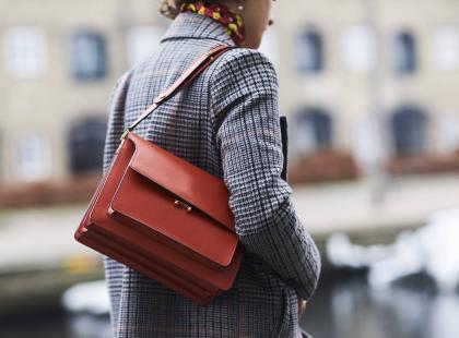 Palona żółć, czerwień, brązy i ultra fiolet. Jak nosić te kolory?