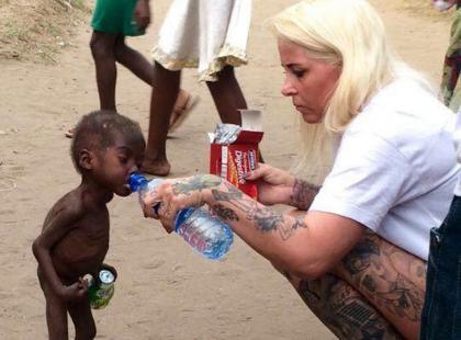 Pamiętacie to zdjęcie? Jak dziś wygląda chłopiec uratowany przez duńską wolontariuszkę?