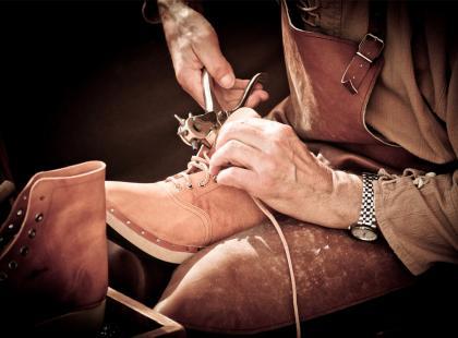Pan Edward od 30 lat naprawia buty, teraz musi zamknąć zakład. Możesz mu pomóc!