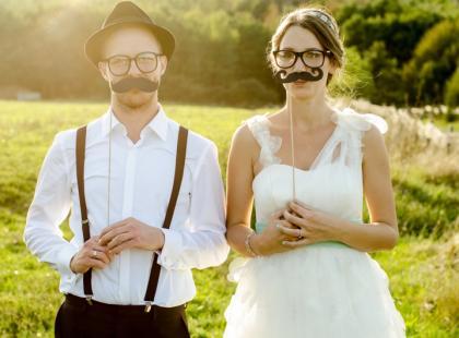 Panna młoda z wąsami - zabawna i romantyczna sesja ślubna