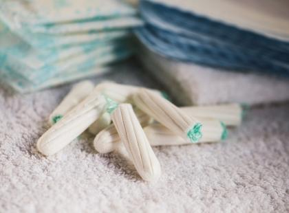 Papirus, lniane płótno, gotowana w winie dzika rukola. Jak kobiety radziły sobie z okresem, zanim wynaleziono podpaski i tampony?