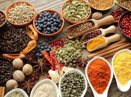 Papryka słodka z Hiszpanii, pieprz z Wietnamu… Czego nie wiedziałaś o tradycyjnych przyprawach?