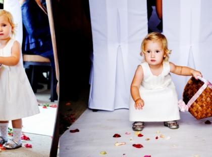 Para młoda z dzieckiem w dniu ślubu i wesela