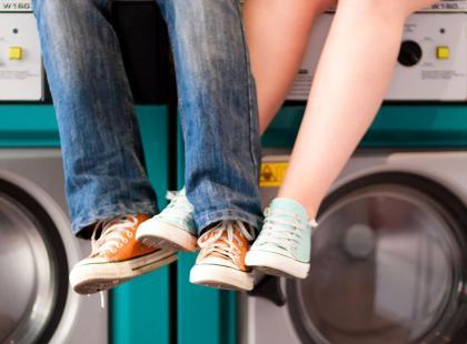 Pary, które dzielą się obowiązkami domowymi, częściej uprawiają seks. Są na to badania!