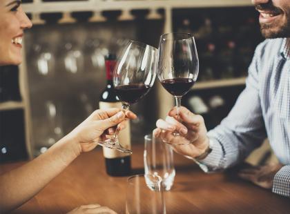 Pary, które piją razem alkohol są… szczęśliwsze. Czy to naprawdę działa?