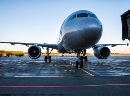 Pasażer zostawił portfel w samolocie, a pracownicy lotniska… zrobili sobie na jego koszt zakupy za ponad 20 tysięcy zł!