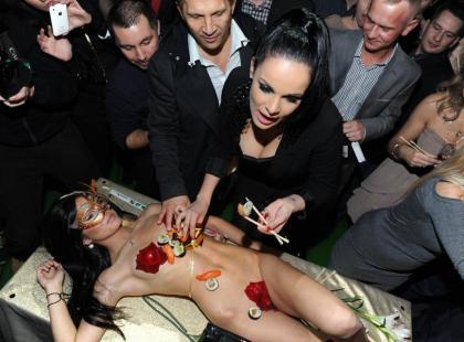 Paula zjada sushi z nagiej kobiety!
