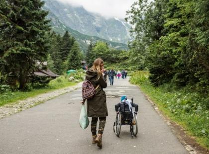 Pięciolatek na wózku sprzątał z mamą Tatry. Turyści oddawali im swoje śmieci