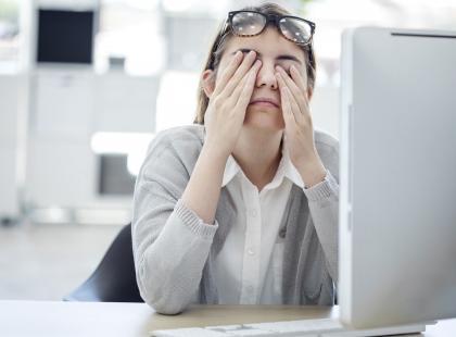 Pieczenie, zaczerwienienie, łzawienie – oczy podczas pracy przy komputerze nie mają lekko. Jak im pomóc?