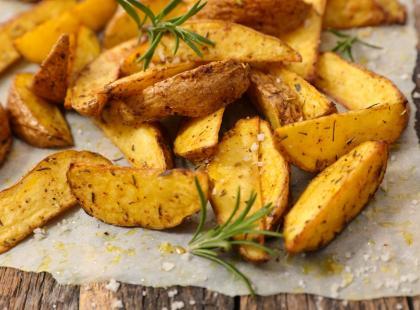 Pieczone ziemniaki: idealne jako dodatek do obiadu lub samodzielna przekąska