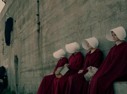 """Piekło kobiet. """"Opowieść podręcznej"""" to ostrzeżenie dla nas wszystkich?"""