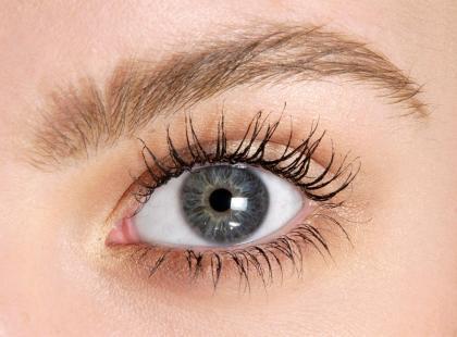 Pielęgnacja okolic oczu w 10 krokach