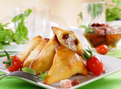 Pierogi ziemniaczane z szynką i pomidorami