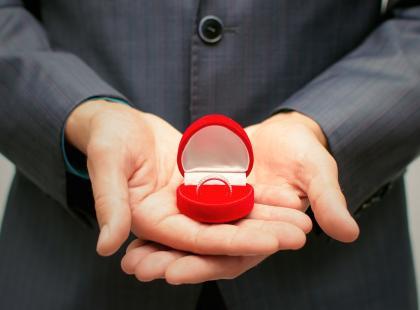 Pierścionek zaręczynowy nie musi być drogi! Te kosztują mniej niż 2 tys., a wyglądają cudnie!