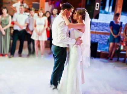 Pierwszy taniec to główny punkt wesela. Jaką piosenkę na pierwszy taniec wybrać? Podpowiadamy!