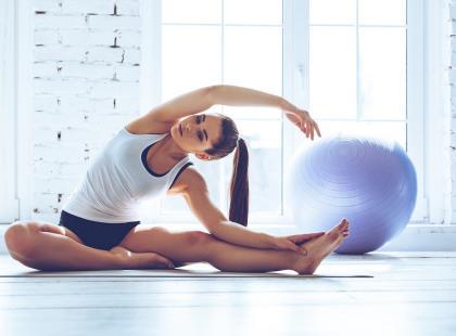 Pilates dla początkujących – te ćwiczenia wykonasz w domu. A efekty? Zobaczysz na sobie!
