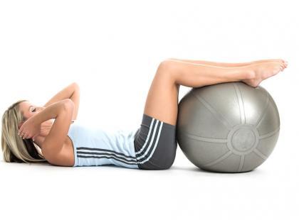 Pilates z małą piłką – przykłady ćwiczeń
