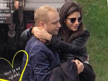 Piotr Adamczyk nosi Weronikę Rosati na rękach