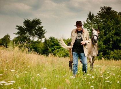 Piotr Machalica w stadninie koni