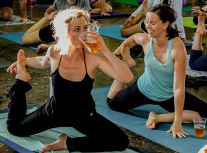 """""""Piwna joga"""" to nowy sposób na idealną sylwetkę. Slyszałyście o tych zajęciach?"""
