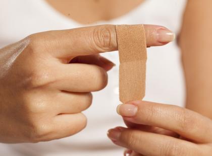 Plastry zsuwają ci się z palców? Pewnie tak jak większość osób źle je przyklejasz!