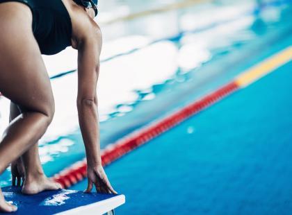 Pływanie to bezpieczny sport, który pomaga wysmuklić sylwetkę i wzmocnić mięśnie