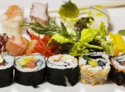 Podano do stołu... sushi na kobiecie