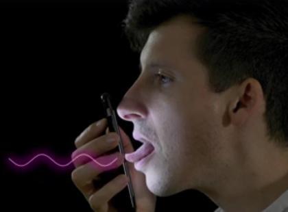 facet liżący ekran telefonu