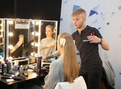 Podglądamy, jak powstawały fryzury modelek przed pokazem Flesz Fashion Night!
