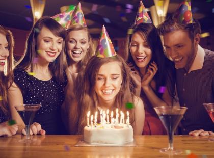 Podnoszenie jubilata do góry nogami, ciągnięcie za ucho, smarowanie nosa masłem… Poznajcie nietypowe zwyczaje urodzinowe!