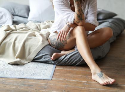 Podobają ci się kobiece tatuaże na udach? Zobacz inspirujące wzory