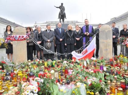 Polacy składają kwiaty pod Pałacem Prezydenckim