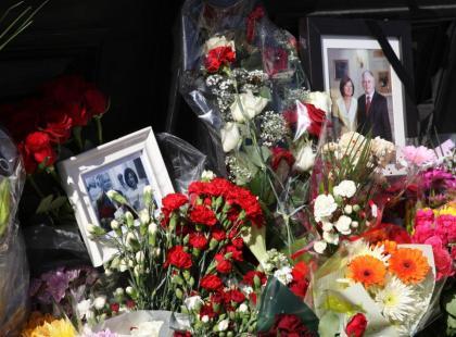 Polacy składają kwiaty pod Polską Ambasadą w Londynie