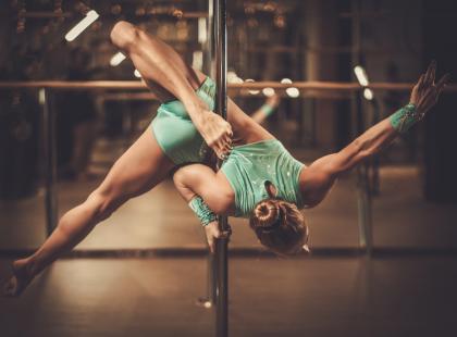 Pole dance to taniec dla silnych dziewczyn! Dlaczego warto uczyć się tańca na rurze?