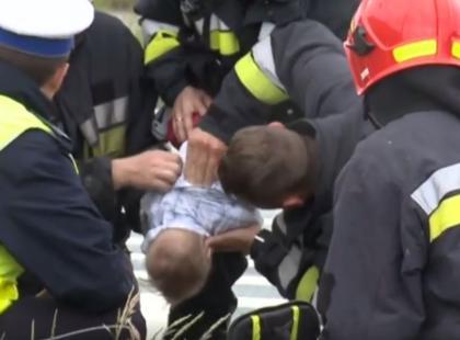 Policjant przerwał wywiad i… uratował dziecko. Zobaczcie to na filmie!