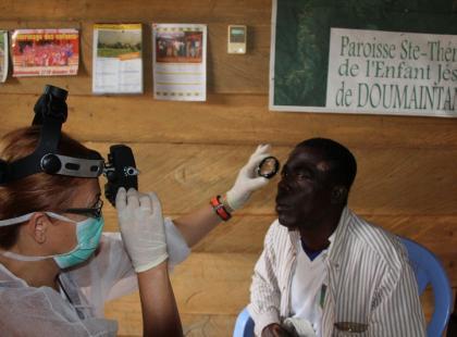 """Badanie wzroku w ramach akcji """"Okuliści dla Afryki""""/ fot. Okuliści dla Afryki"""