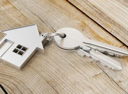 Polskie miasto znalazło sposób na zatrzymanie absolwentów! Prezydent miasta wręcza im... klucze do nowych mieszkań!