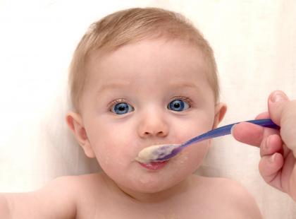 dziecko, karmienie, łyżeczka, opieka, Fotolia