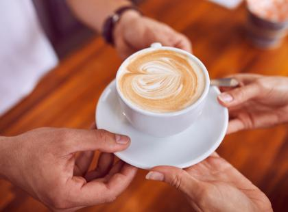 Pomaga schudnąć, a nawet przedłuża życie. Poznaj 10 mitów o kawie