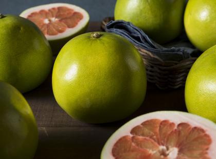 Pomelo to niedoceniany owoc, który warto włączyć do codziennej diety. Znacie go?
