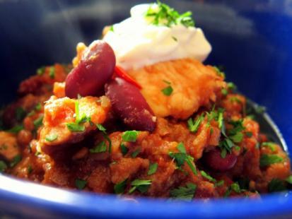 Pomidorowe curry z fasolą i soczewicą - Kasia gotuje z Polki.pl [video]