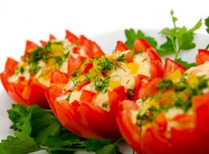 Pomidory nadziewane fetą i krewetkami